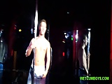 Un stripteaser gay fait son show en club